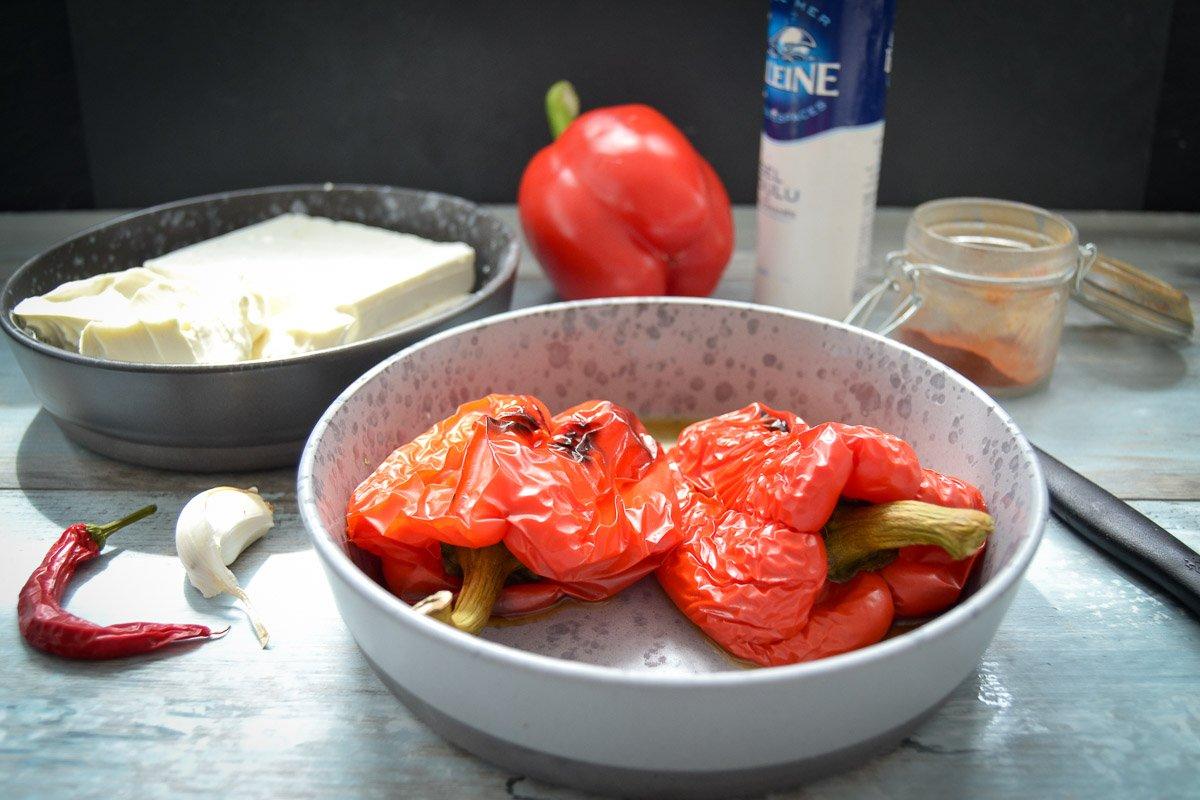 Zutaten geröstete Paprika, Feta, Frischkäse