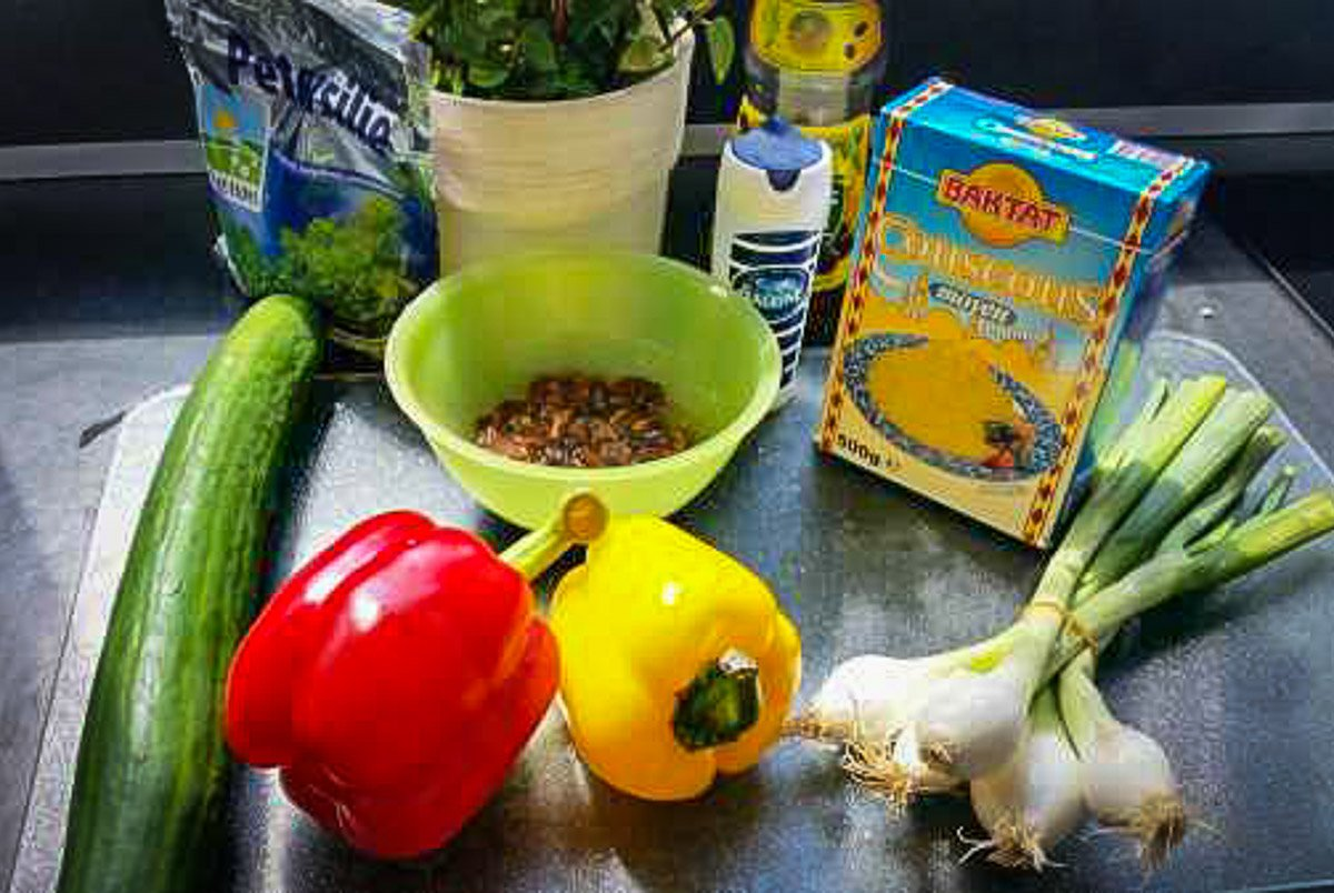 Zutaten für Taboulé Salat Minze, Petersilie, Paprika, Gurke, Tomate und Couscous