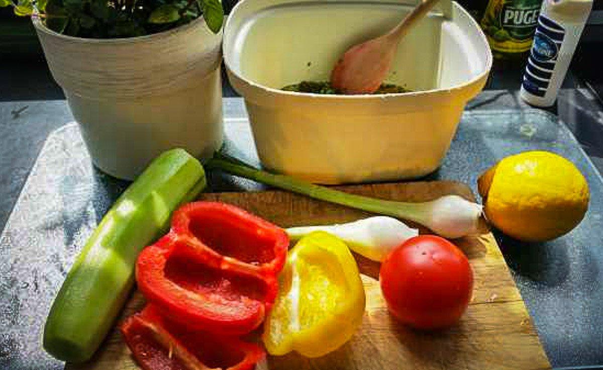 Paprika, Lauchzwiebel und Gurke geschält