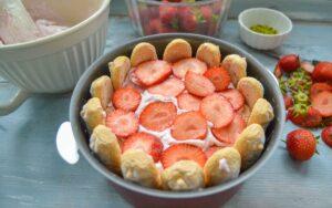 Erdbeeren mit Löffelbiskuit und Quarkcreme geschichtet