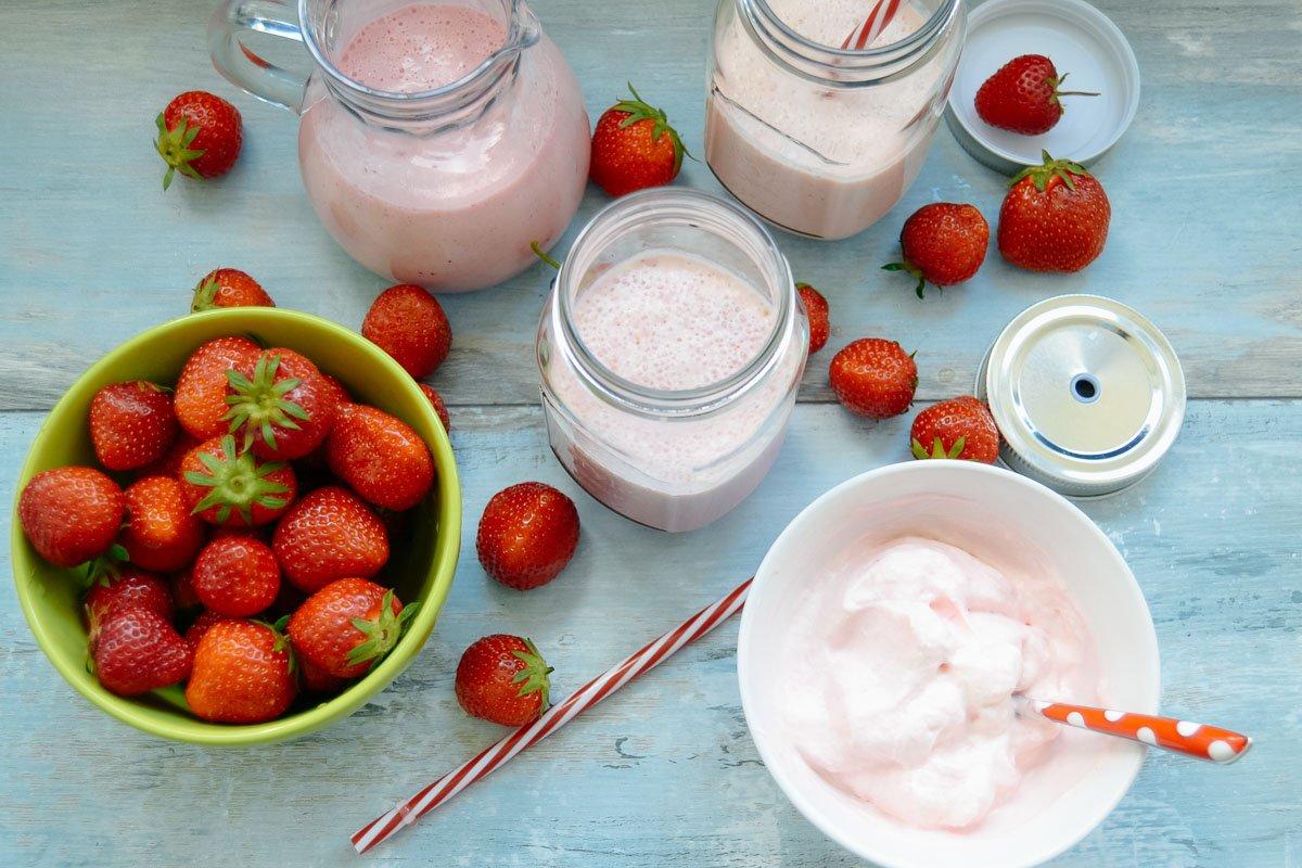 Erdbeermilch mit Sahne und Erdbeeren