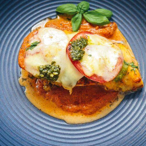 Saftige Hähnchenbrust im Ofen mit Tomate, Mozzarella überbacken