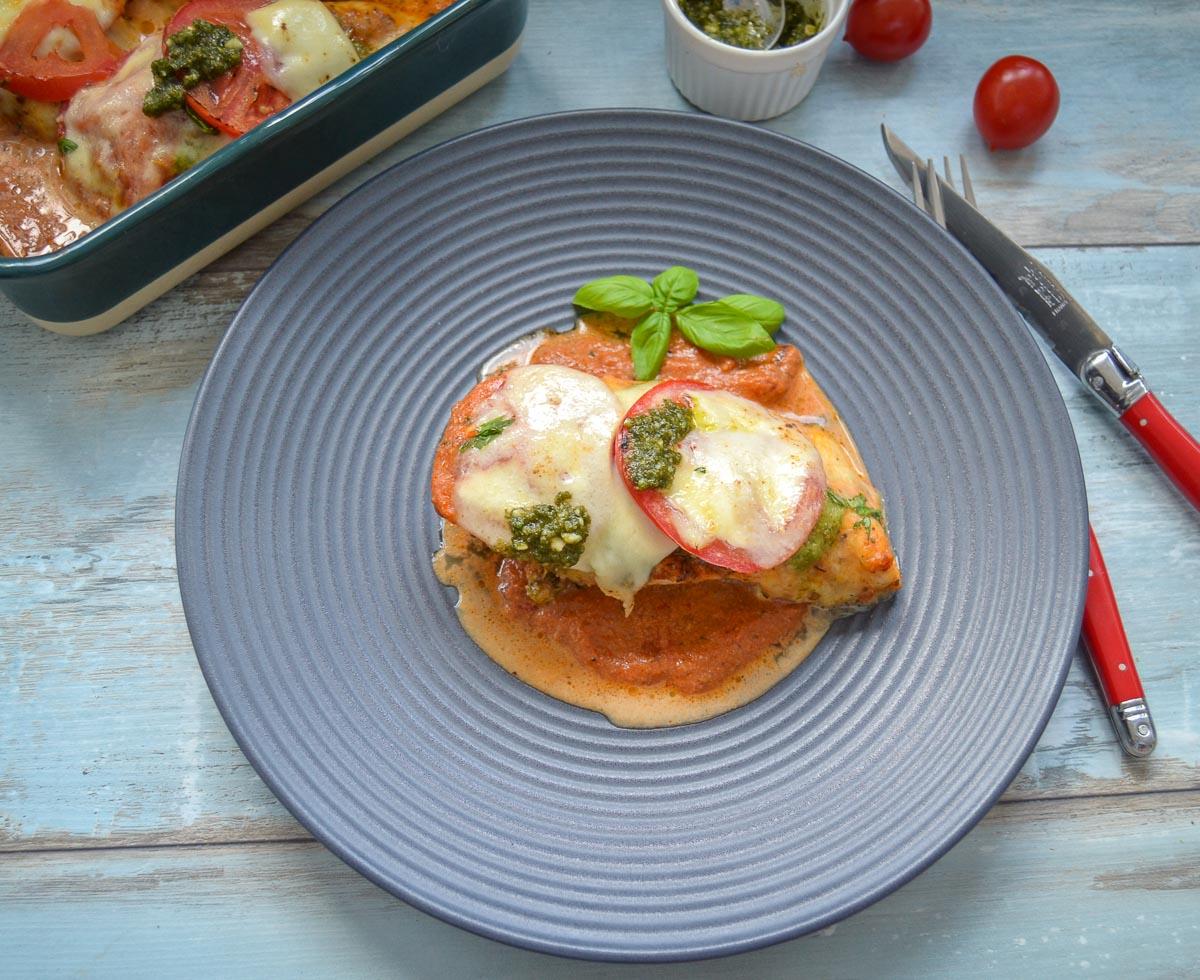 Leckere  saftige Hähnchenbrust mit Tomate, Mozzarella überbacken