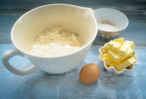 Zutaten Mehl, Ei, Butter und Zucker für Blaubeertarte