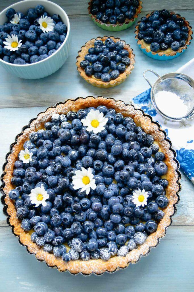 Blaubeer Tarte mit Vanillecreme, Mürbeteigboden und frischen Heidelbeeren