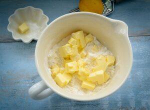 Mehl, gemahlene Mandeln Ei, Butter und Zucker für Knetteig