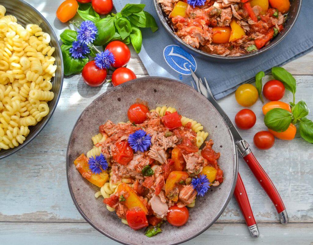 Nudeln mit Thunfisch, Tomaten und Paprika Sauce