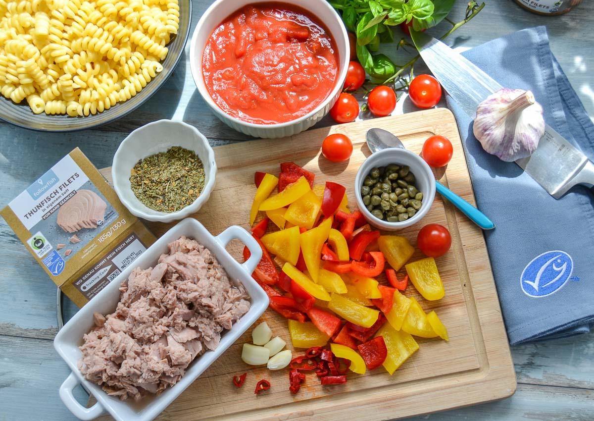 Zutaten Thunfischsauce Dosen Thunfisch, Cherrytomaten, rote und gelbe Paprikastücke, Kapern, passierte Tomaten und Knoblauch