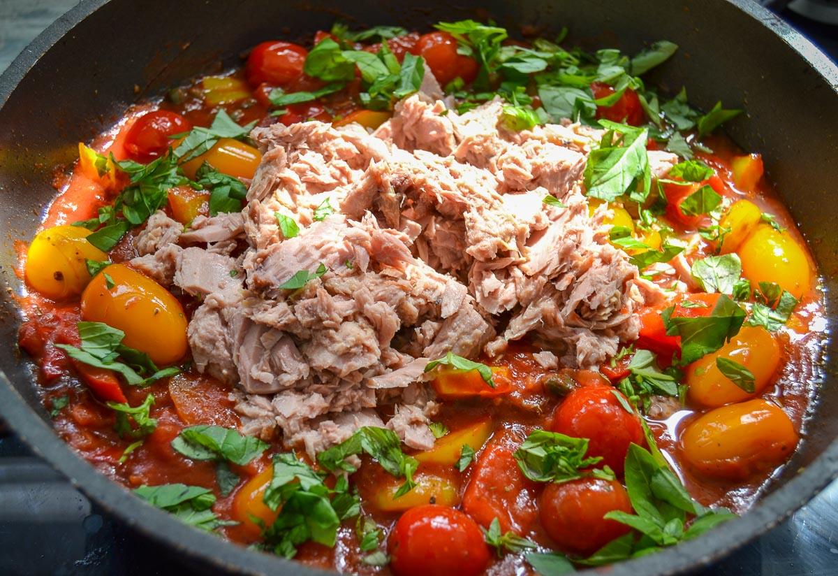 Thunfischsauce mit Paprika Cherrytomaten und Basilikum