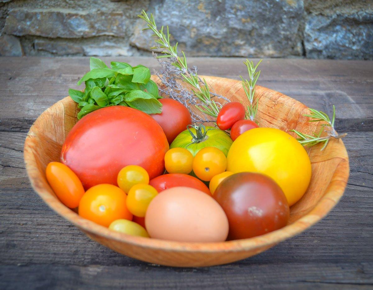 Zutaten verschiedene Tomaten für eine Tomatentarte