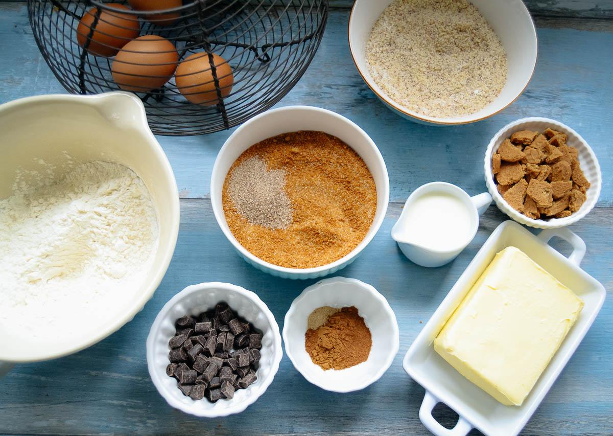 Zutaten Mehl, Zucker, Eier, Butter, Mandeln, Schokolade, Spekulatius-Kekse und Gewürze