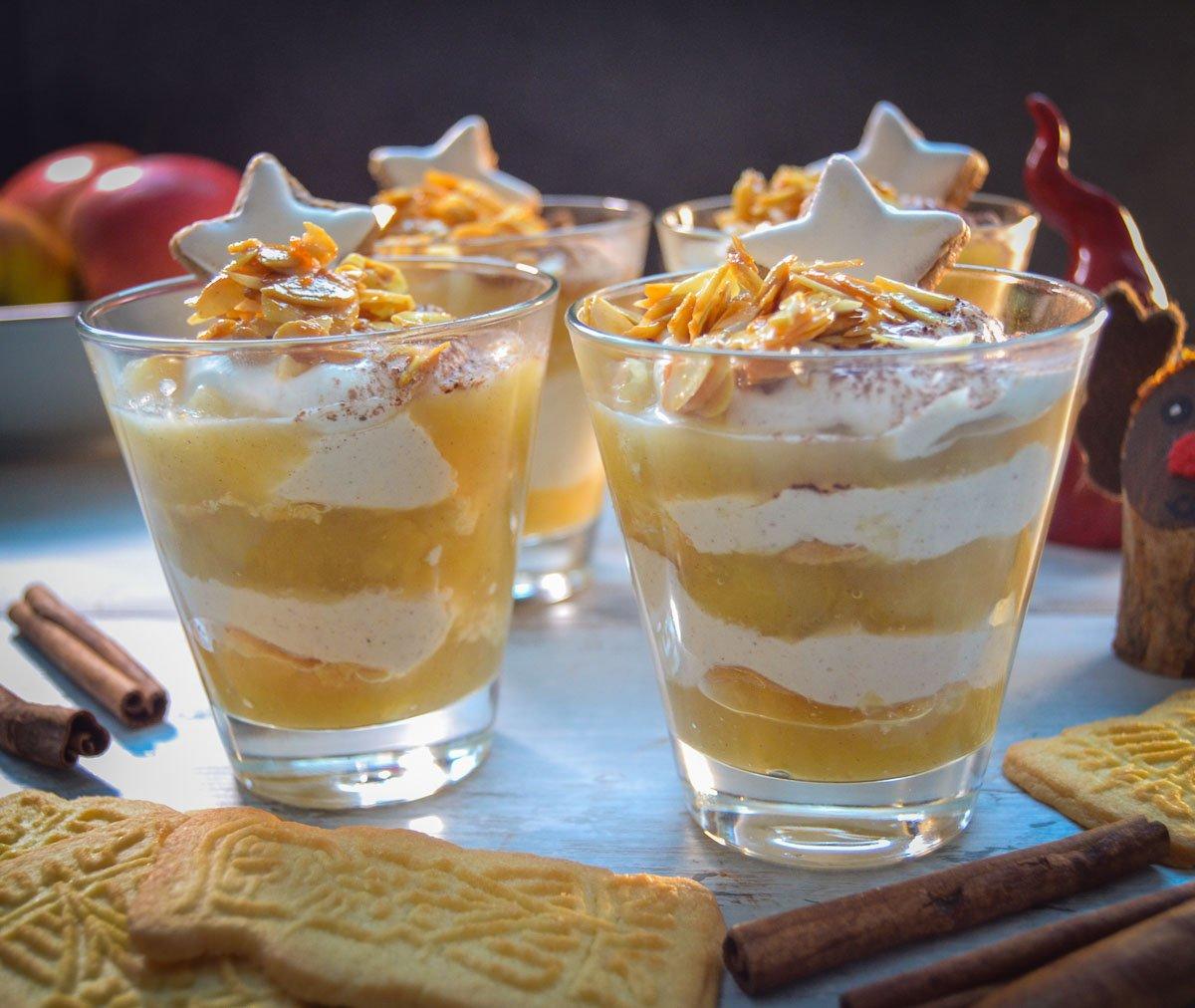 Apfel Tiramisu Dessert im Glas mit Mascarpone Quarkcreme und Spekulatius
