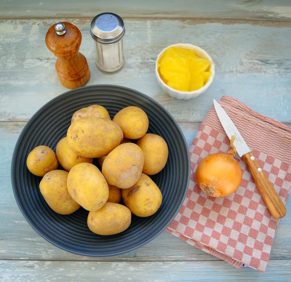Kartoffel, Zwiebel, Butterschmalz Salz und Pfeffer