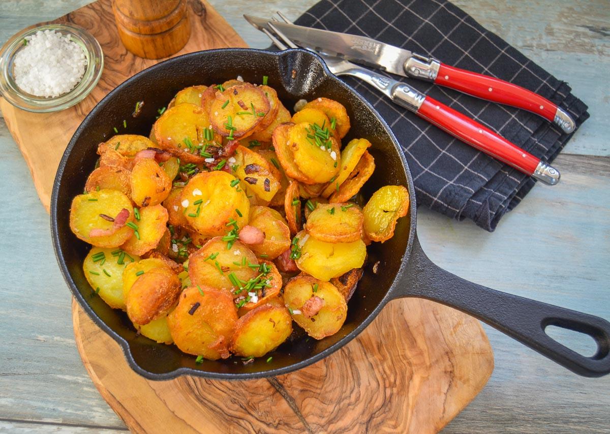 Einfaches Bratkartoffeln Rezept mit Zwiebel und Speck knusprig