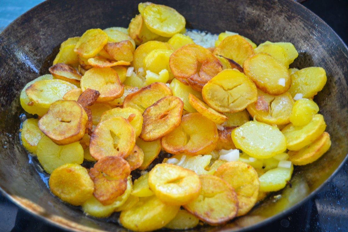 Kartoffelscheiben mit Zwiebeln braten