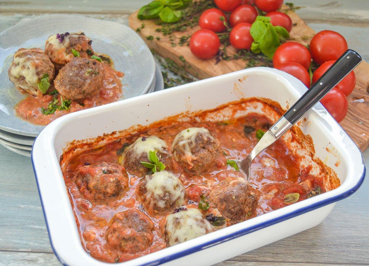 Hackfleischbällchen mit Mozzarella überbacken in Tomatensauce