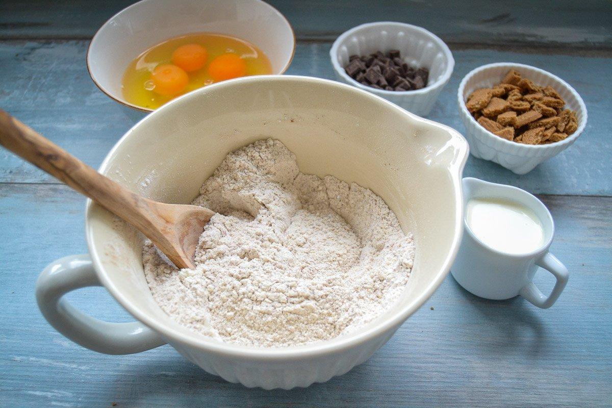 Zutaten Mehl, Zucker und Gewürze für Rührteig