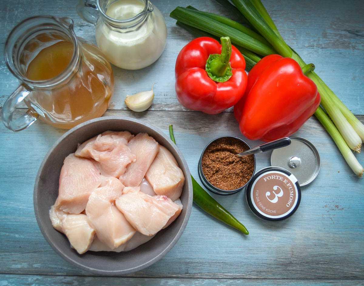 Zutaten Hähnchenbrust, rote Paprikaschoten, Sahne, Brühe, Knoblauch Lauchzwiebel und Gewürzmischung