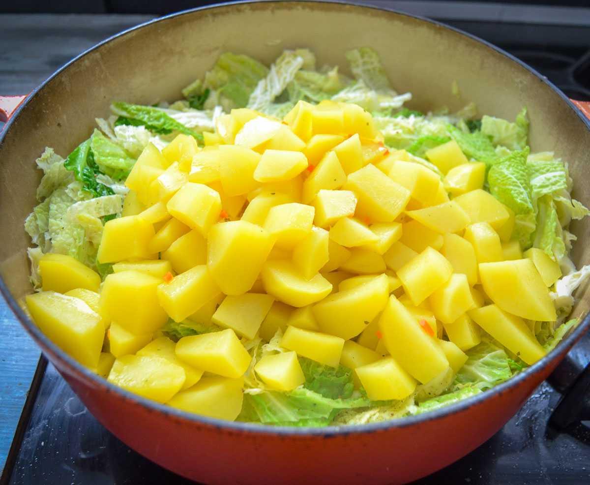 Wirsingkohl und Kartoffelwürfel kochen