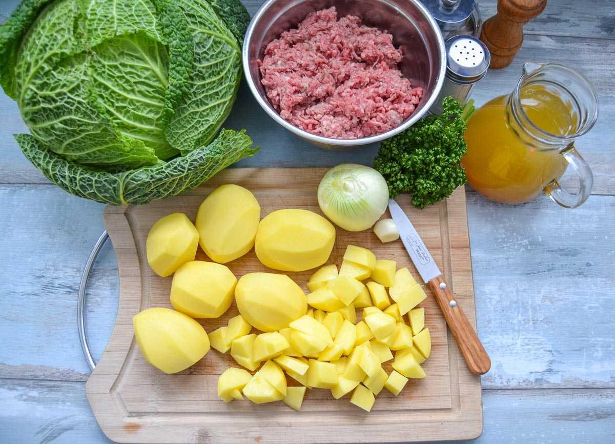 Kartoffeln in Würfel, Zwiebel, Wirsing und Gemüsebrühe. Salz und Pfeffer