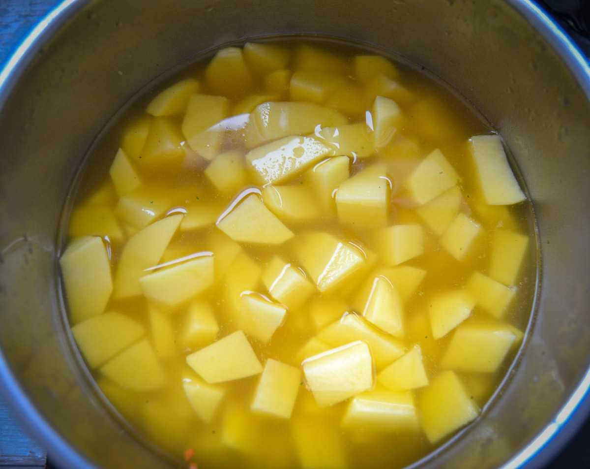 Kartoffelwürfel in Gemüsebrühe kochen