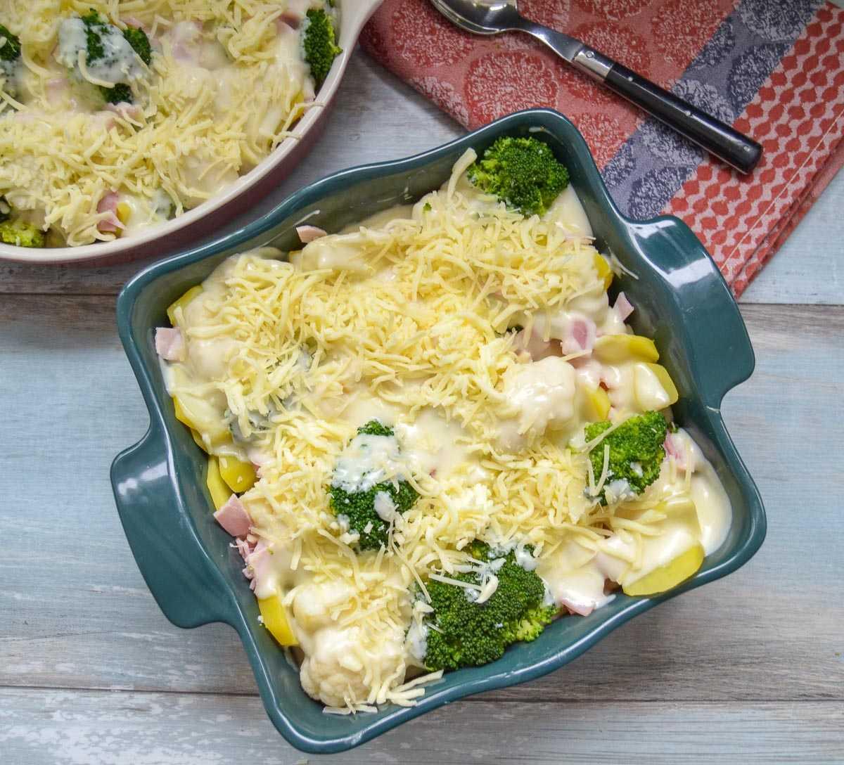 Gemüseauflauf mit Béchamelsauce und geriebenem Käse