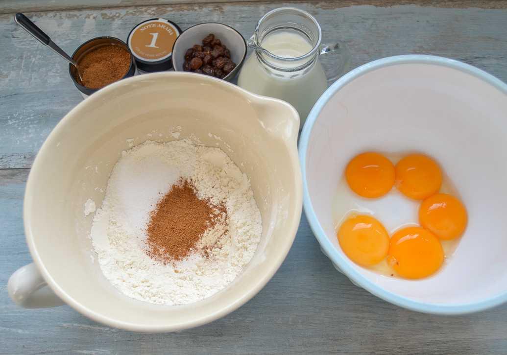 Mehl, Zucker, Eigelb, Milch und Rosinen Zutaten für den Schmarrn Teig