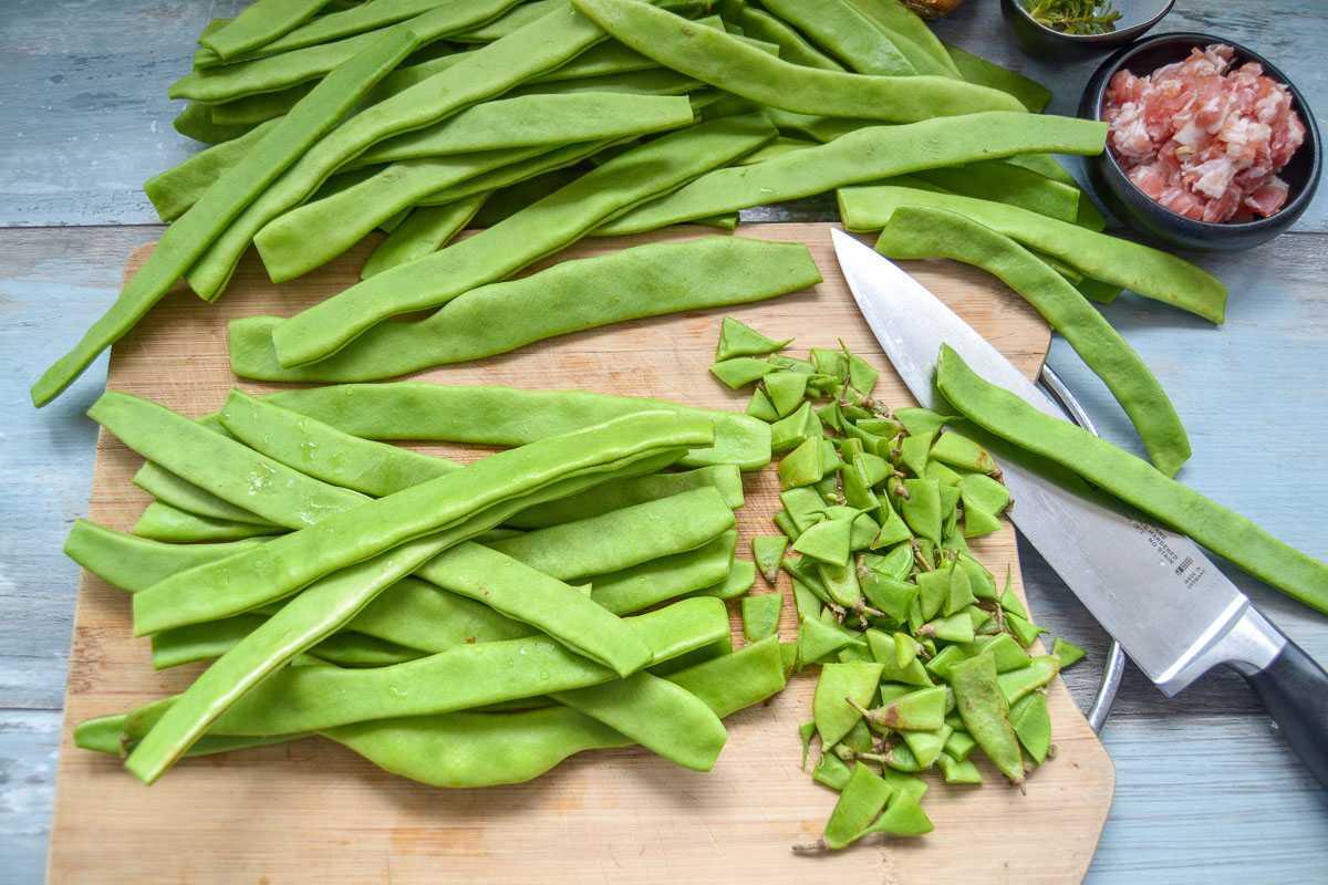 grüne Bohnen putzen und in Stücke schneiden