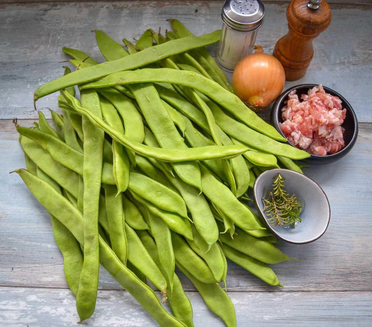 Zutaten grüne Stangen Bohnen, Zwiebel, Bacon, Salz Pfeffer