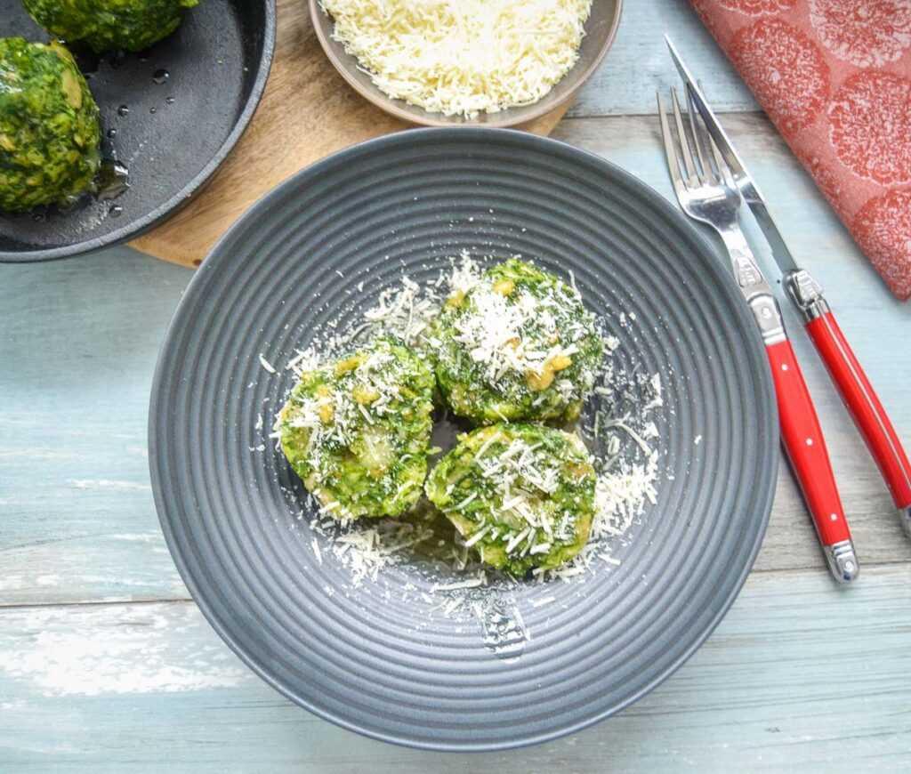 Südtiroler Spinatknödel Rezept mit Parmesan und Butter