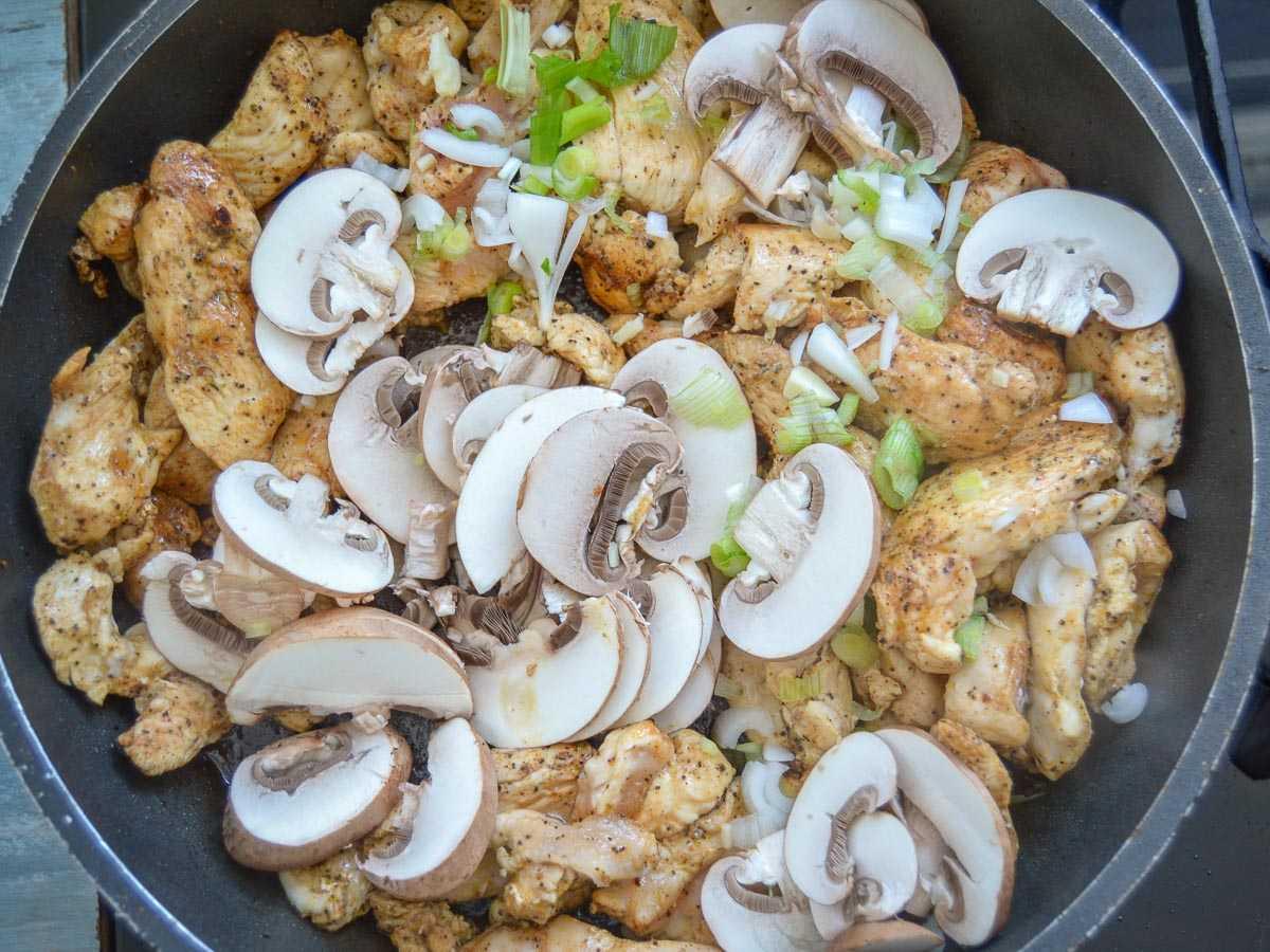 Hähnchen mit Pilzen und Lauchzwiebel anbraten