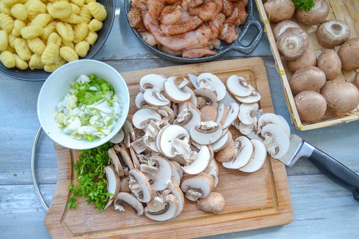 Gnocchi Hähnchenbrust, Lauchzwiebel, Champignons, Petersilie