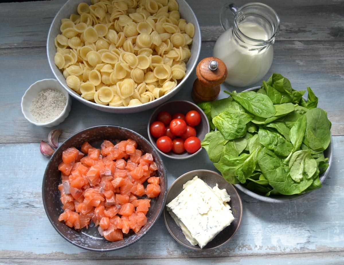 Zutaten Gorgonzola Käse, Sahne, Spinat, Lachs, Pasta und Cherrytomaten