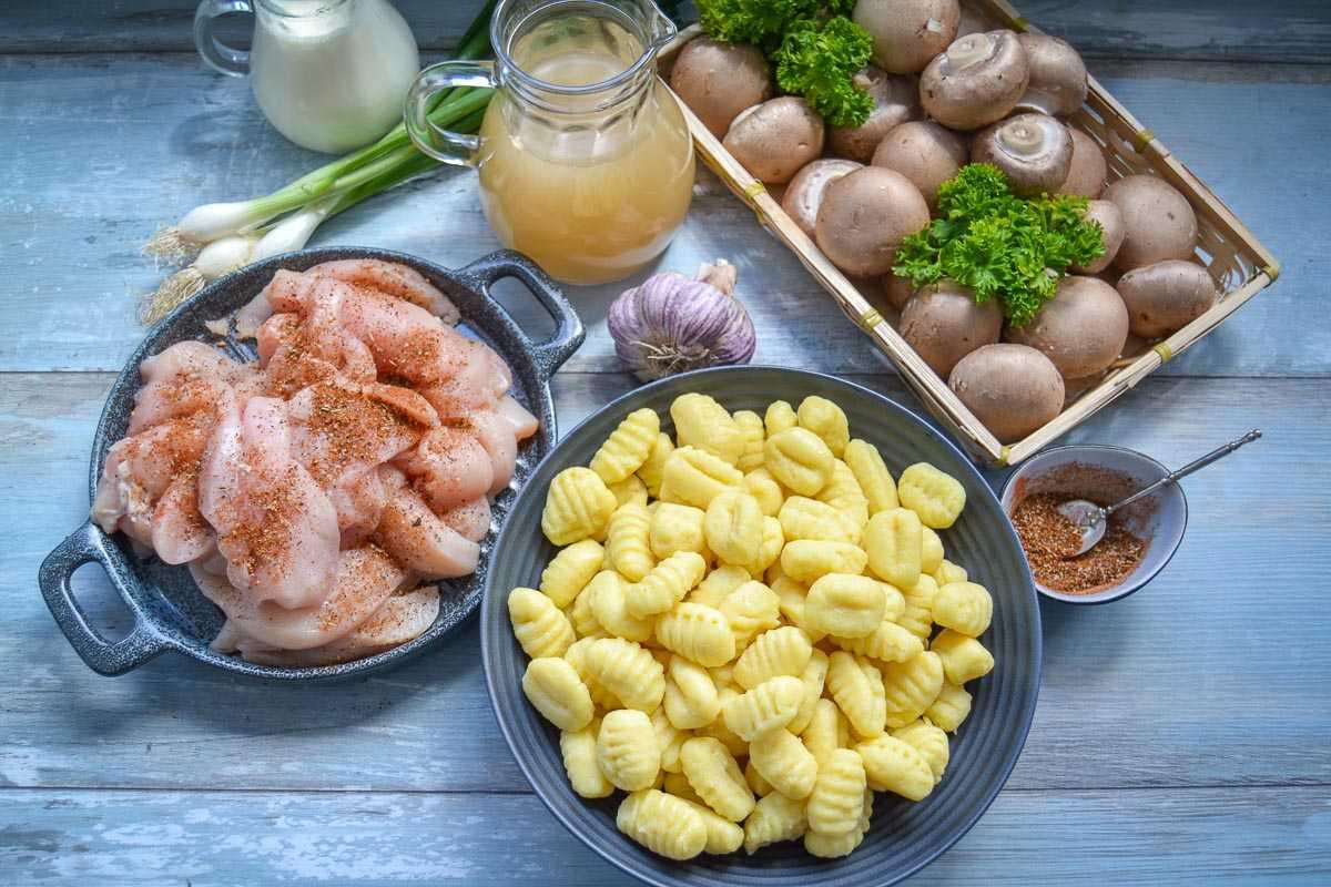 Zutaten Gnocchi Pfanne, Champignons, Sahne, Hähnchenbrust, Lauchzwiebel, Hühnerfond