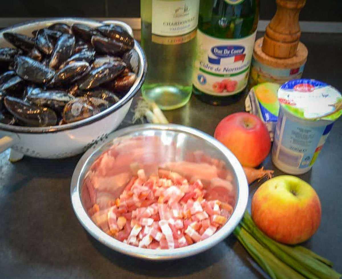 Zutaten Miesmuscheln normannisch, Apfel, Crème fraîche, Weißwein und Schalotte