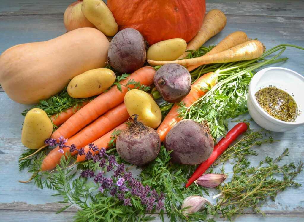 herbstliches Gemüse, Möhren, Kürbis, Zwiebel, Hokkaido, Pastinake, Kartoffeln und rote Bete